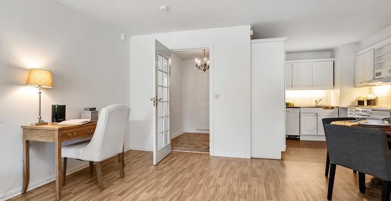 Stuen er i åpen løsning mot kjøkkenet