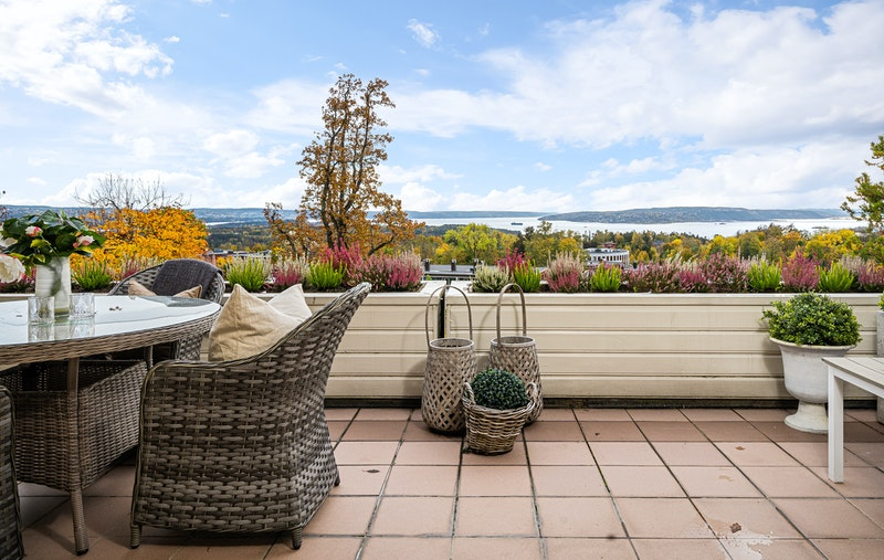 Meget solrik terrasse mot syd med nydelig fjordutsikt
