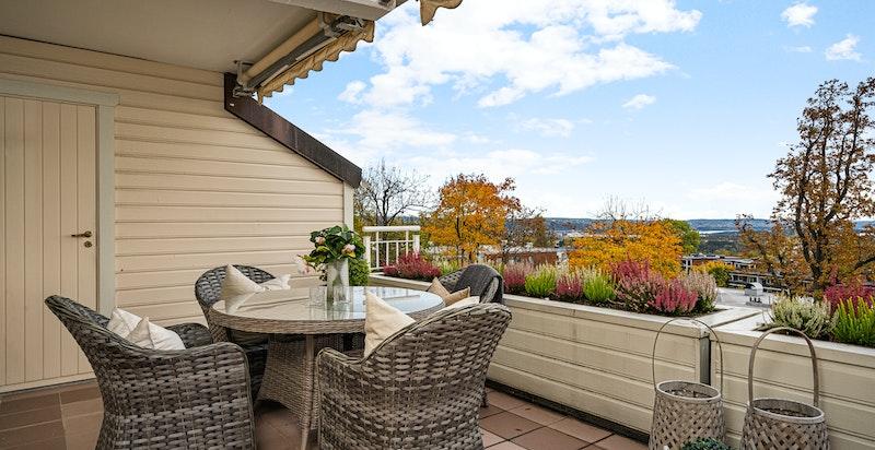 Det er en bod i tilknytning til terrassen