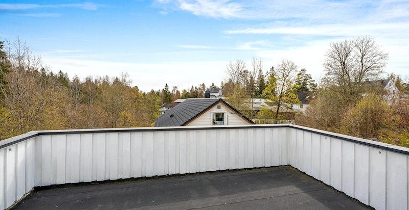 Fra hovesoverommet er det direkte utgang til en stor og solrik veranda hvor det er fint utsyn