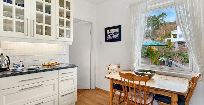 Kjøkkenet har praktisk adkomst både fra entréen og fra spisestuen