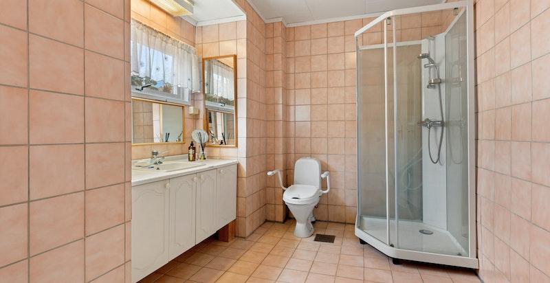 Romslig hovedbad i 2.etg. innredet med dusjkabinett, servantskap og toalett