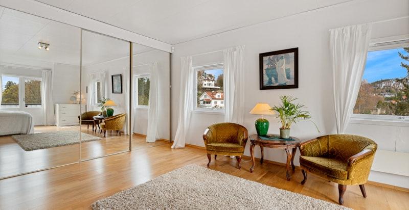 Rommet har særdeles god plass og en rekke muligheter for møblering/evt. deles av for å etablere et ekstra soverom