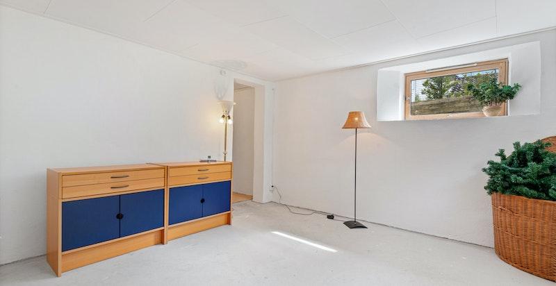 U.etg. har 2 disponible rom hvor det i begge er montert rømningsvinduer