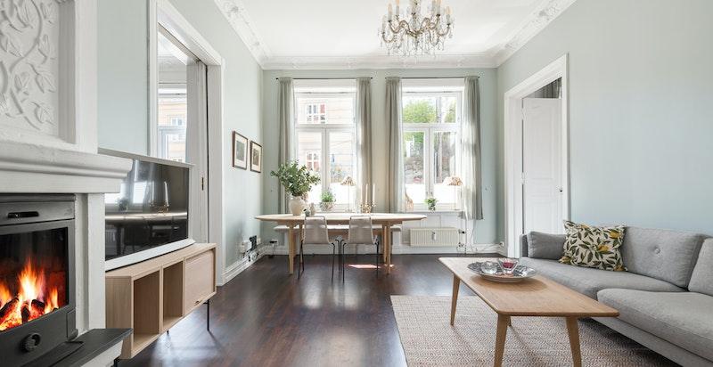 Flott klassisk stue med sjenerøs himlingshøyde og store vestvendte vinduer