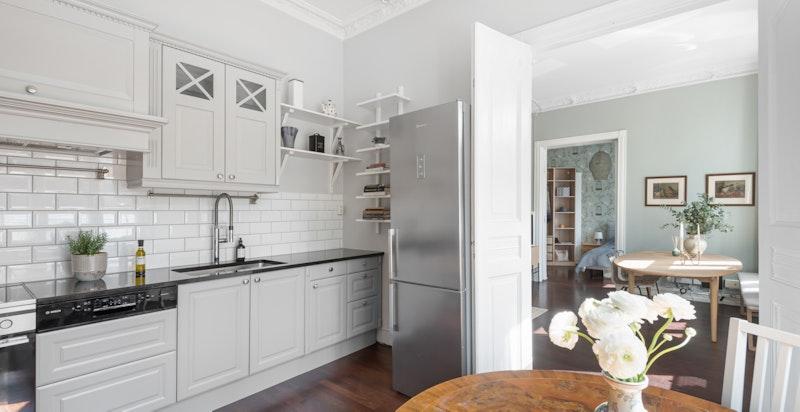 Hyggelig kjøkken i herregårdsstil med spiseplass. Hovedsakelig nytt i 2019. Granitt benkeplate.