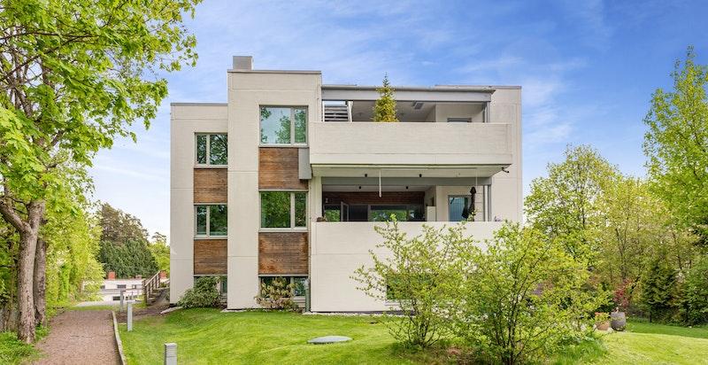 Flott fasade fra hagesiden - Stor terrasse ca 30 kvm - Heis - 2 garasjeplasser - El- billader