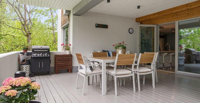 Fra terrassen - Plass til grill, spisebord og solstoler