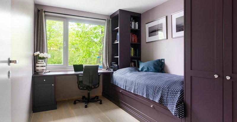 Soverom 2 med fast seng, skap og skrivebord - alt snekkertilpasset