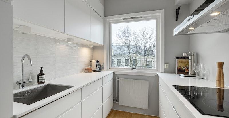 Hyggelig kjøkken med god arbeids- og oppbevaringsplass