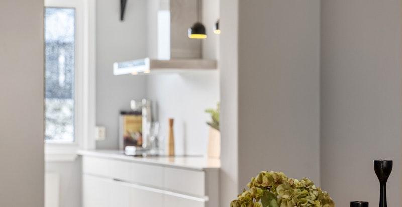 Spisestuen ligger vis a vis kjøkkenet i en delvis åpen løsning og med lysinnslipp fra to sider