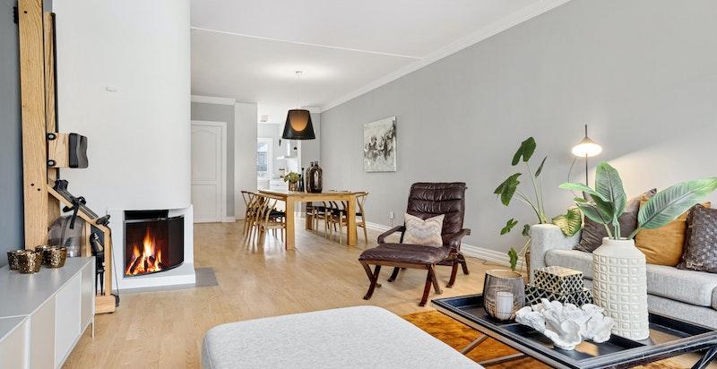 Stor stue med peis og god plass til spisestue