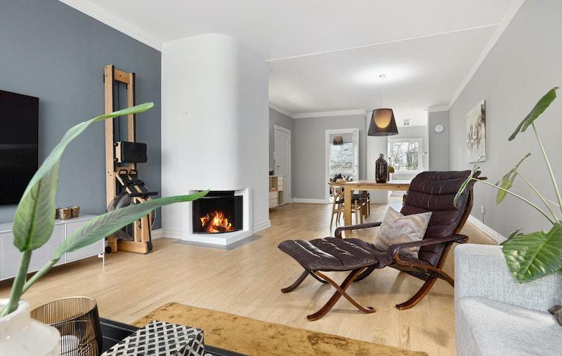 Luftig stue med peis og utgang balkong, god plass til spisestue og gjennomlys