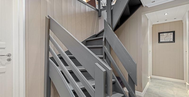 Hall i underetasjen med trappa opp til stua