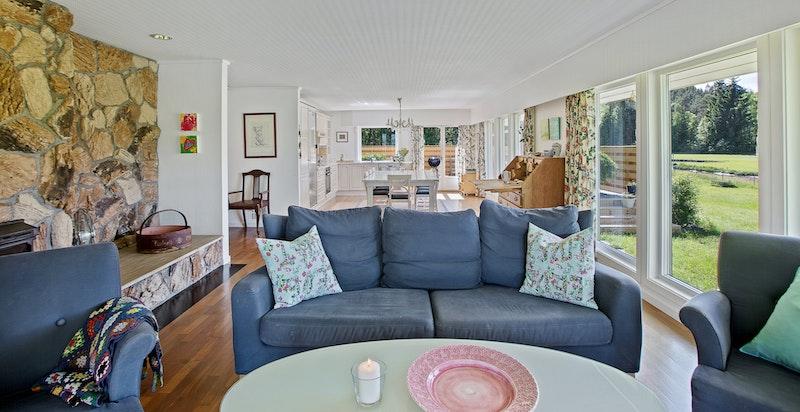 Lyst og stort oppholdsrom med åpen stue- og kjøkkenløsning
