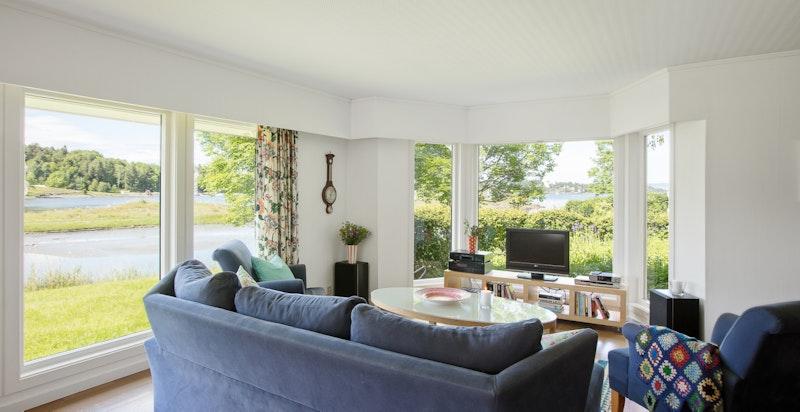 Stor og tiltalende stue med store vindusflater