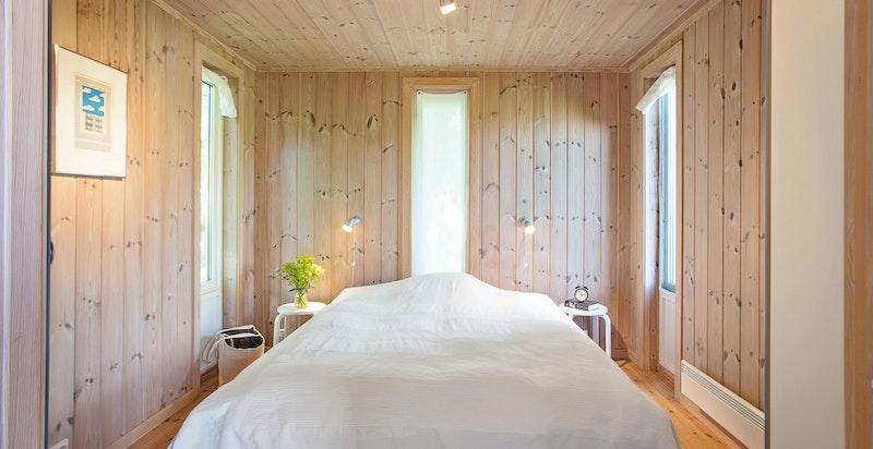 Soverom med plass til dobbeltseng og øvrig møblement