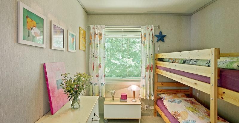 Soverom 2 med plass til seng, nattbord og øvrig møblement