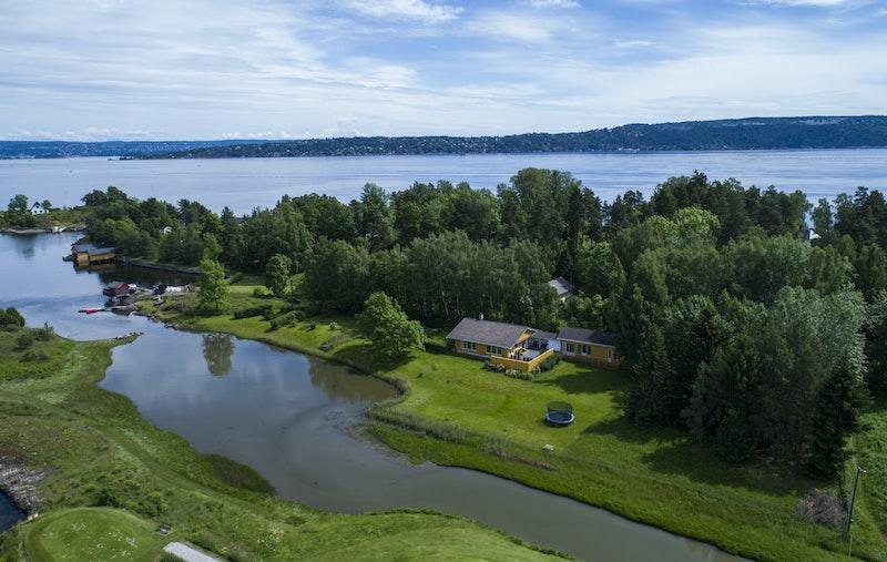 Idyllisk skjægårdsbeliggenhet med direkte tilkomst til sjø og brygge, samt egen strandlinje og utsikt utover Oslofjorden