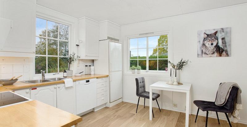 Hyggelig kjøkken emd god plass til spisebord