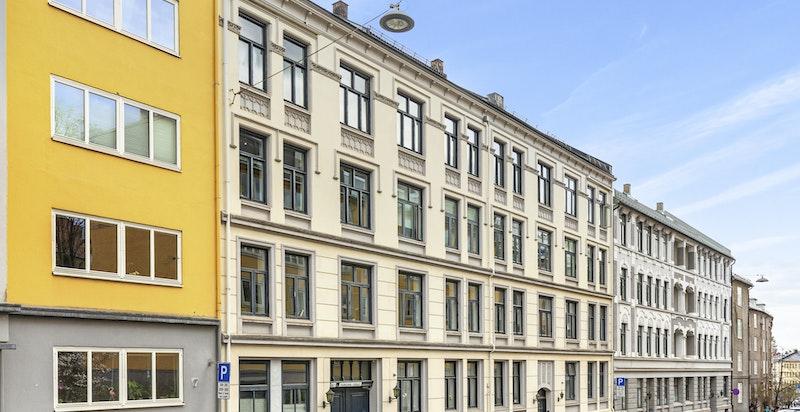 Pen klassisk boliggård over 4 etasjer pluss kjeller og loft oppført i 1902. Bygningen fremstår som godt vedlikeholdt.
