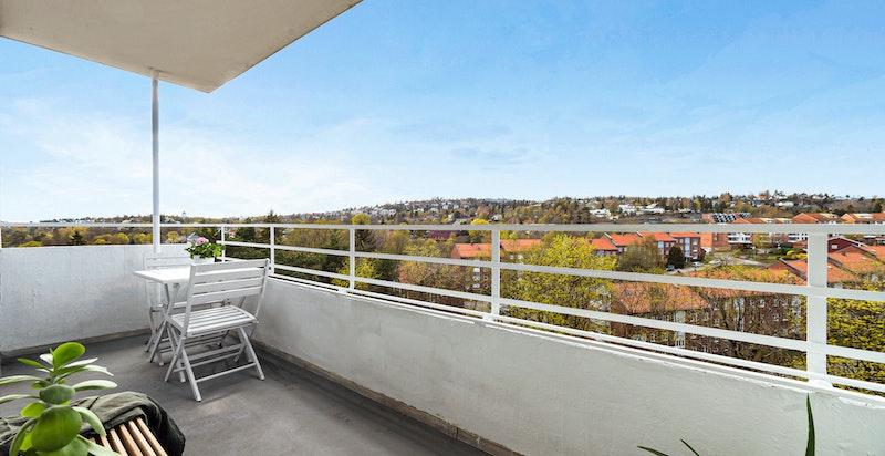 Solrik og usjenert balkong på ca. 6,5 kvm, med sen kveldssol