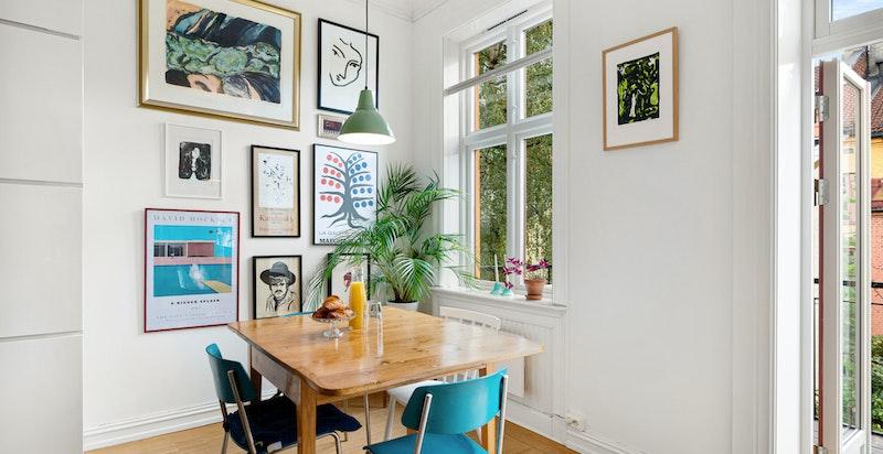 Naturlig plassering av spisebord i tilknytning til kjøkkenet.