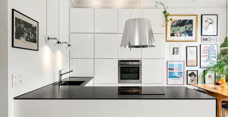 KVIK kjøkken med hvitevarer fra 2010. Rikelig med skap- og benkeplass.
