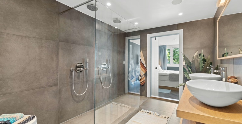 Moderne og meget gjennomført baderom med dobbel dusj. Her oser det kvalitet og høy standard.