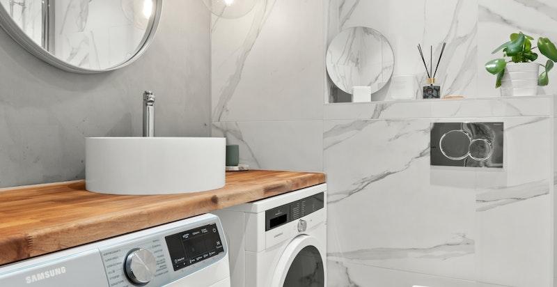 Meget praktisk med opplegg for vaskemaskin og tørketrommel.