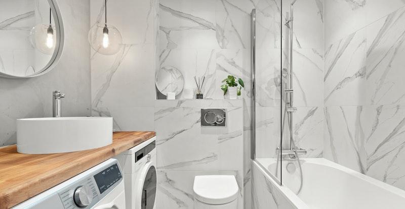 Baderom 2 benyttes også til vaskerom, og har i tillegg innmurt badekar.