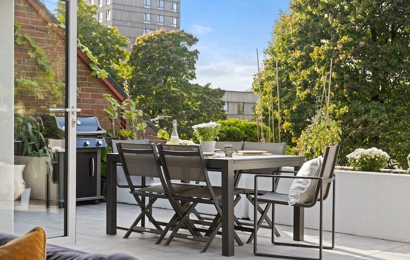 En moderne og lekker leilighet med 4 soverom, 2 bad, 2 garasjeplasser, solrik terrasse mm.