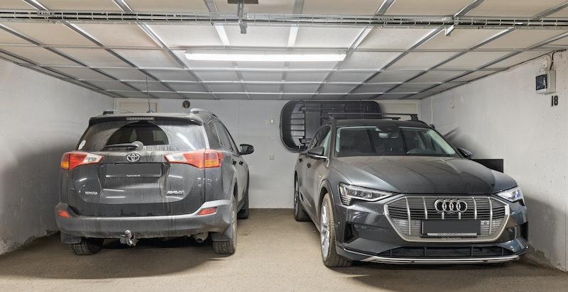 Det medfølger 2 stk. garasjeplasser (der Audi e-tron står) med el-lader. Se neste bilde for plass nr. 2.
