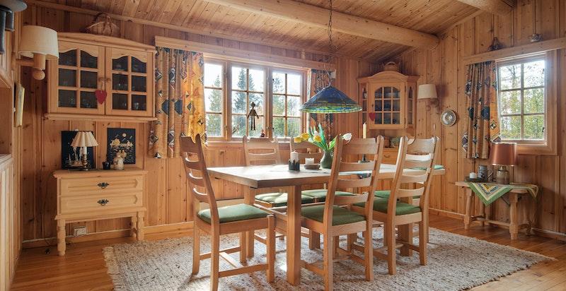 Spisestue med plass til mange rundt bordet