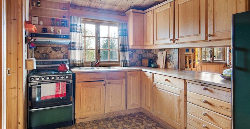Kjøkken med eldre hvitevarer