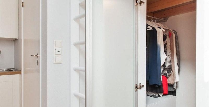 Praktisk sovehems med walk in - closet under