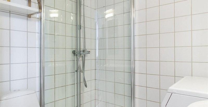 Lekkert flislagt bad med opplegg til vaskemaskin