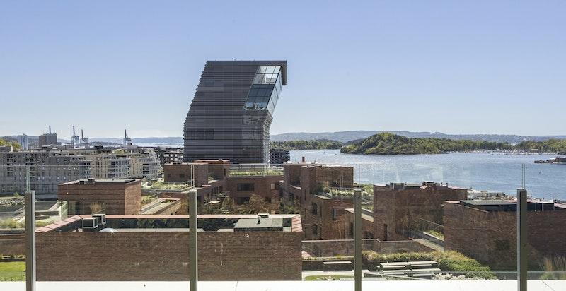Utsikt fra takterrassen. Takterrassen er lokalisert rett over balkongen til leiligheten.