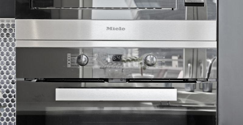 Påkostet hvitevarepakke fra Miele med 2 kjøl/frys, stekeovn, mikro, induksjonstopp og oppvaskmaskin.
