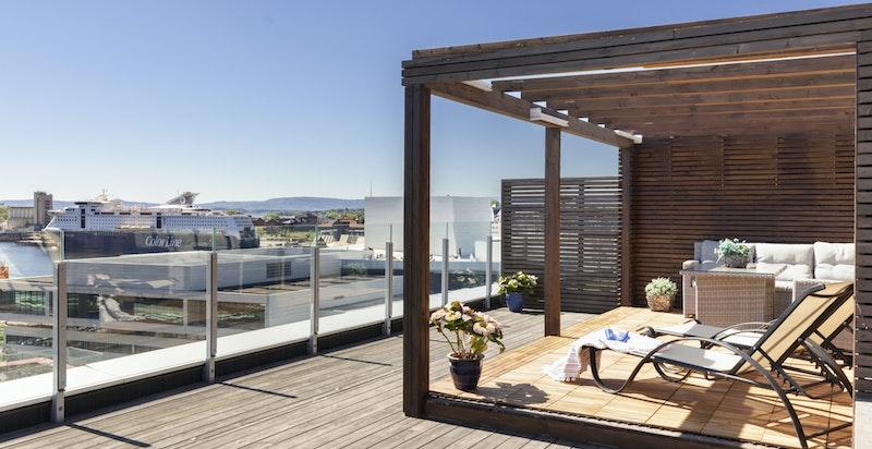 Her kan du ligge og sole deg helt privat, alternativt invitere til selskap med nydelige omgivelser.