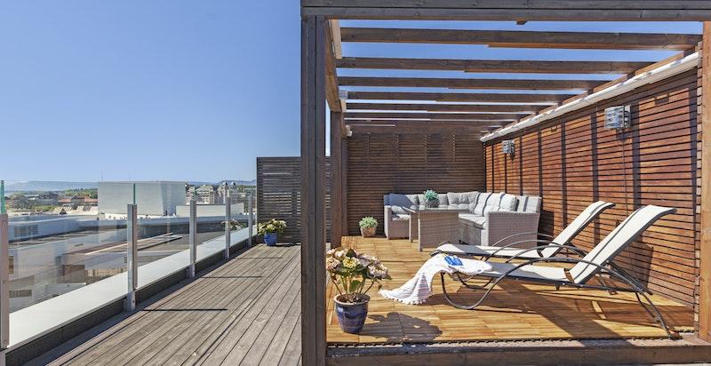 Takterrassen er avlåst for privat bruk og har god plass til ønskelig utemøblement.