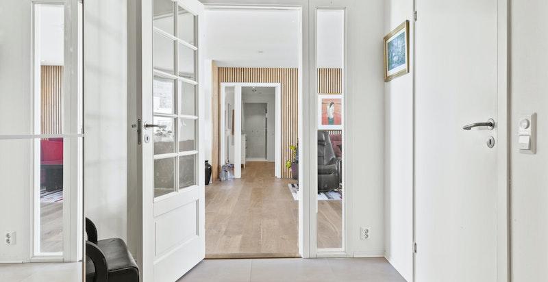 Entreen gir et godt førsteinntrykk av boligen med flotte fliser på gulv. Påkostet dør med speil.