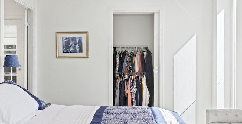 Skyvedør inn til walk-in-garderobe.