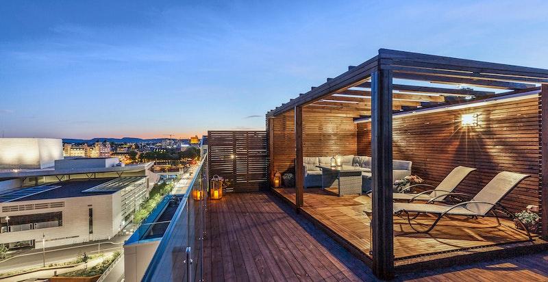 Stor privat takterrasse med sol fra morgen til kveld og fantastisk utsikt.