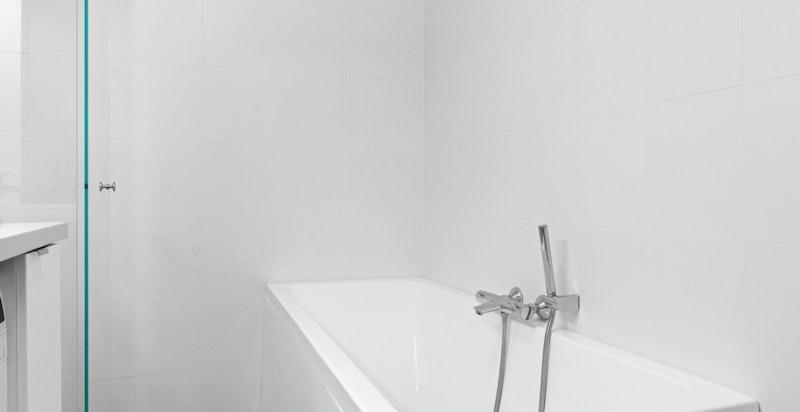 Badet har både dusj og badekar