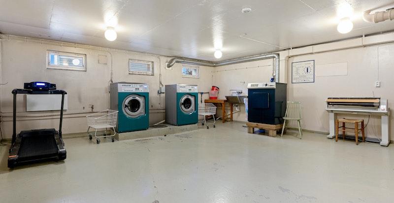 Felles vaskerom med trimapparater