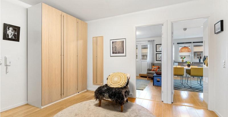 Romslig entré/hall med garderobeskap