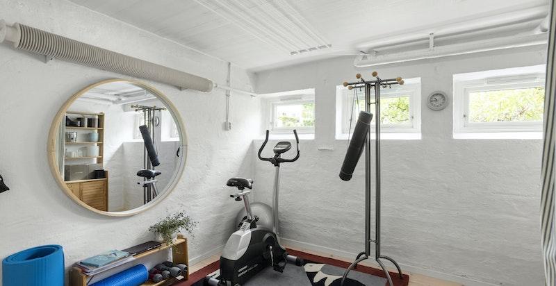 Praktisk rom som kan benyttes etter behov. I dag brukes det som et flott allrom med både garderobeløsning og treningsrom.
