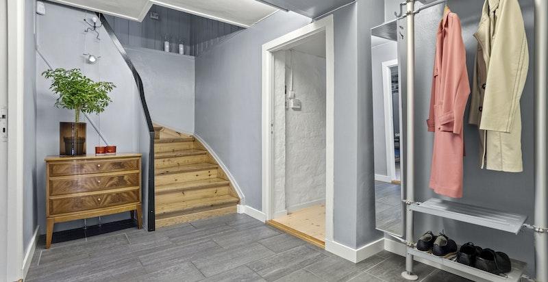 I underetasjen finner du en romslig hall, peisestue, baderom, vaskerom og garderobe.