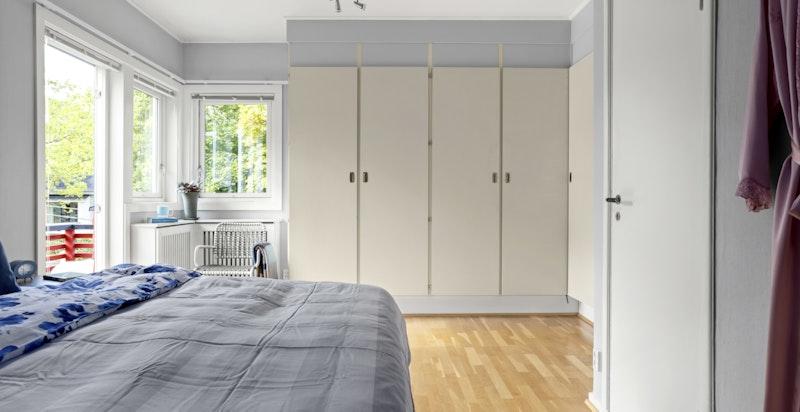 Det er god plass til dobbeltseng med tilhørende møblement og rikelig med garderobeskap.